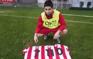 Manu posa con varias camisetas del Lugo para un reportaje con Marca