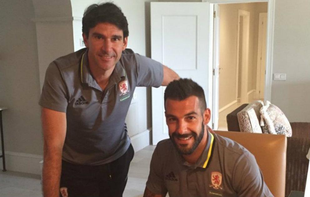 Negredo firma el contrato de cesión con el Middlesbrough en presencia...