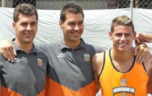 Ismael Rescalvo junto con su hermano Juan y James en el entrenamiento...