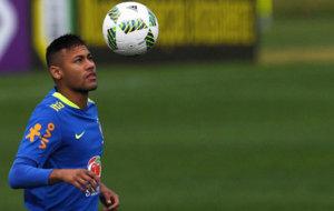 Neymar en la pr�ctica con el bal�n.