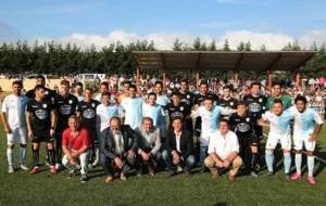 Los jugadores de ambos equipos posaron juntos para la foto oficial