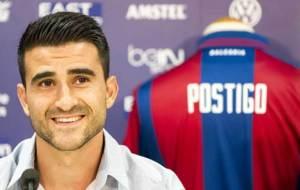 Sergio Postigo, junto a su nueva camiseta... la granota