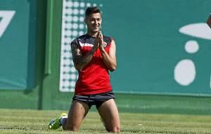 Sergio Le�n pide perd�n en broma durante un entrenamiento