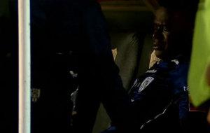 Angulo llora en el banquillo tras su lesión.