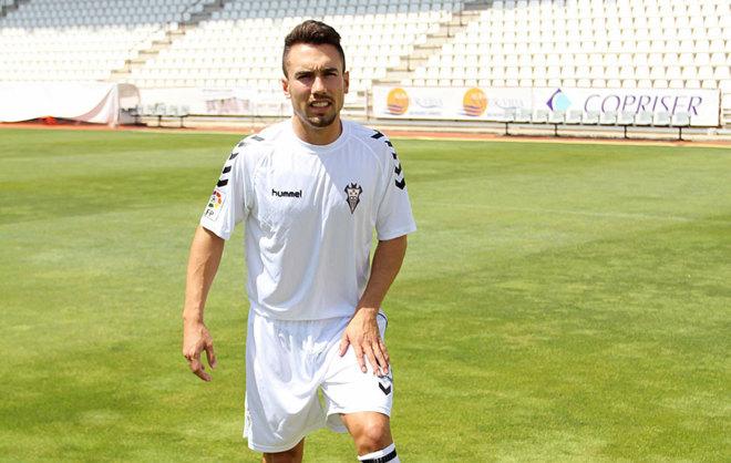 Carmona posa con la camiseta del Albacete Balompié.