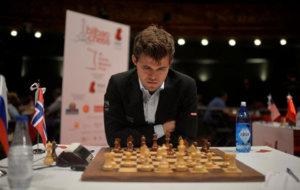 Carlsen, durante la partida ante Karjakin