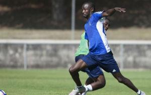 Diamanka, en un entrenamiento en Bolta�a con el Zaragoza.