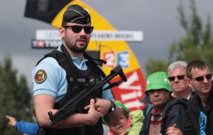 Un miembro de la policía francesa, en la primera etapa del Tour.