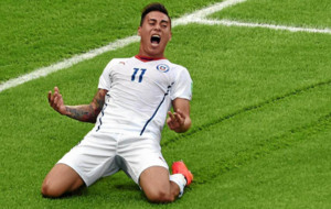 Vargas celebra un gol con Chile.