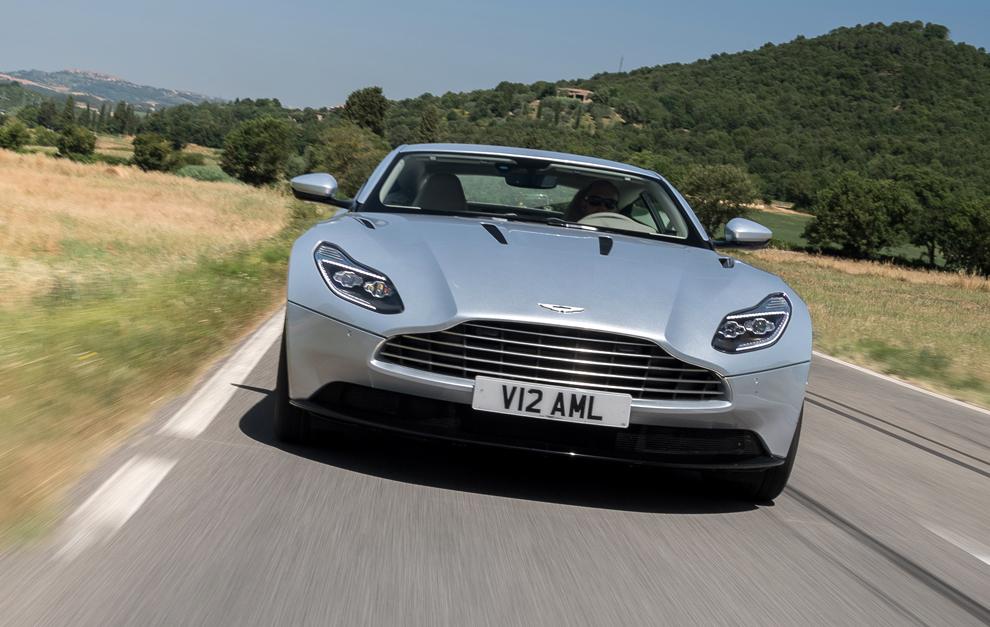 La parrilla característica de Aston Martin marca su vista frontal.
