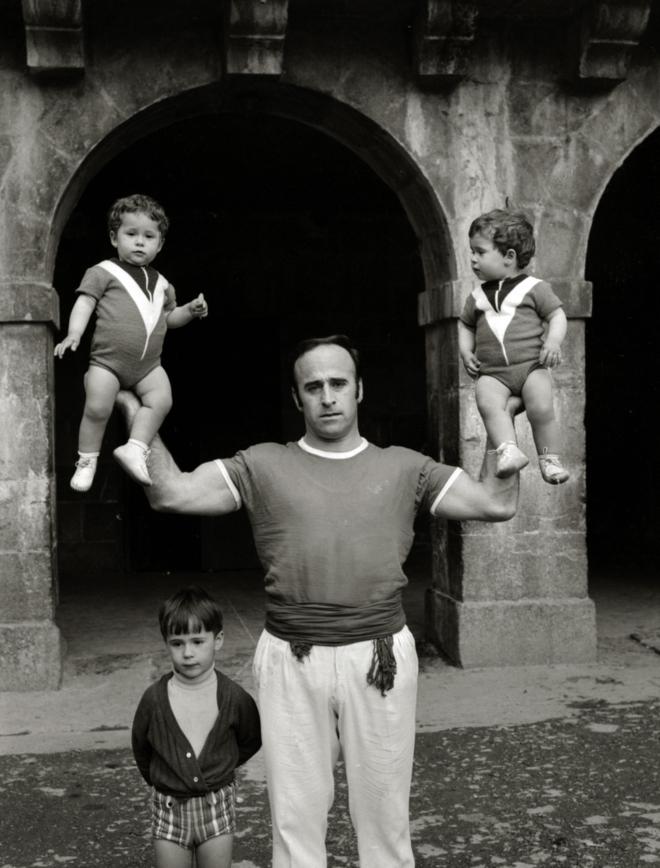 Aguerre II alza a sus hijas junto al pequeño Julen Lopetegui.