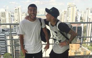Rafinha y Neymar juntos en una terraza.