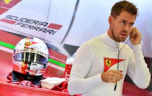 Sebastian Vettel se coloca los tapones en su box