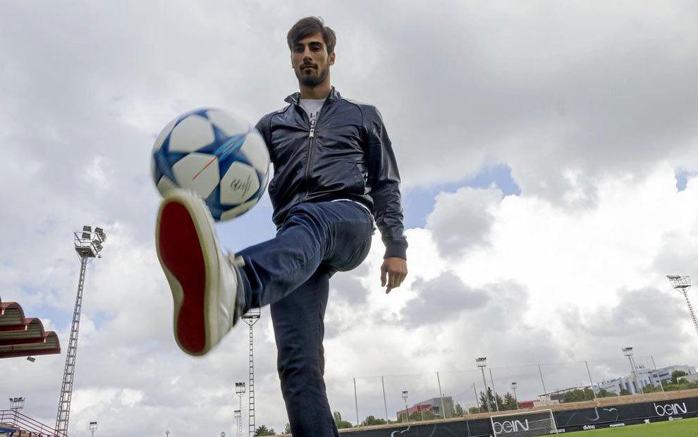 André Gomes, en una sesión de fotos en Valencia con MARCA