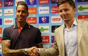 Javi Jim�nez, junto al director deportivo Lalo Arantegui
