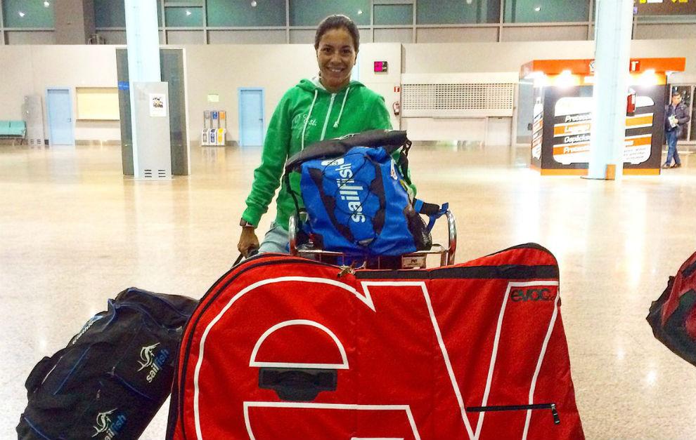 Saleta Castro en el aeropuerto con su equipaje.