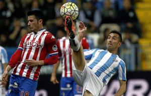 Charles intenta realizar una chilena ante el Sporting.