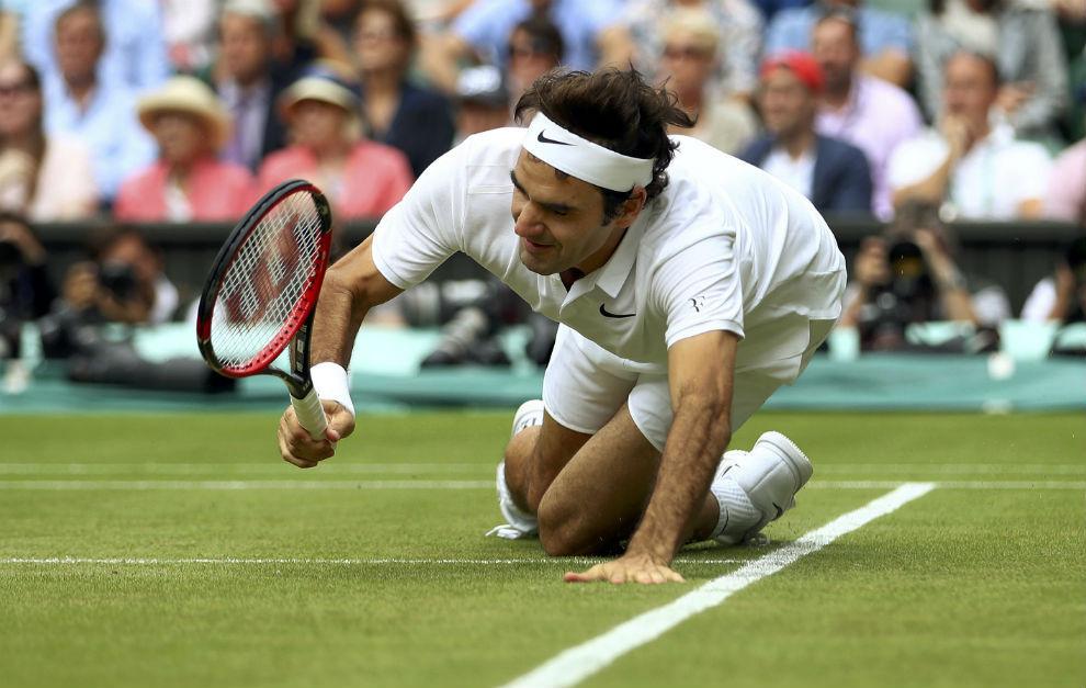 Roger Federer, en el momento de su caída en Wimbledon.