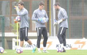 Los tres guardametas del Athletic en el primer entrenamiento de la...