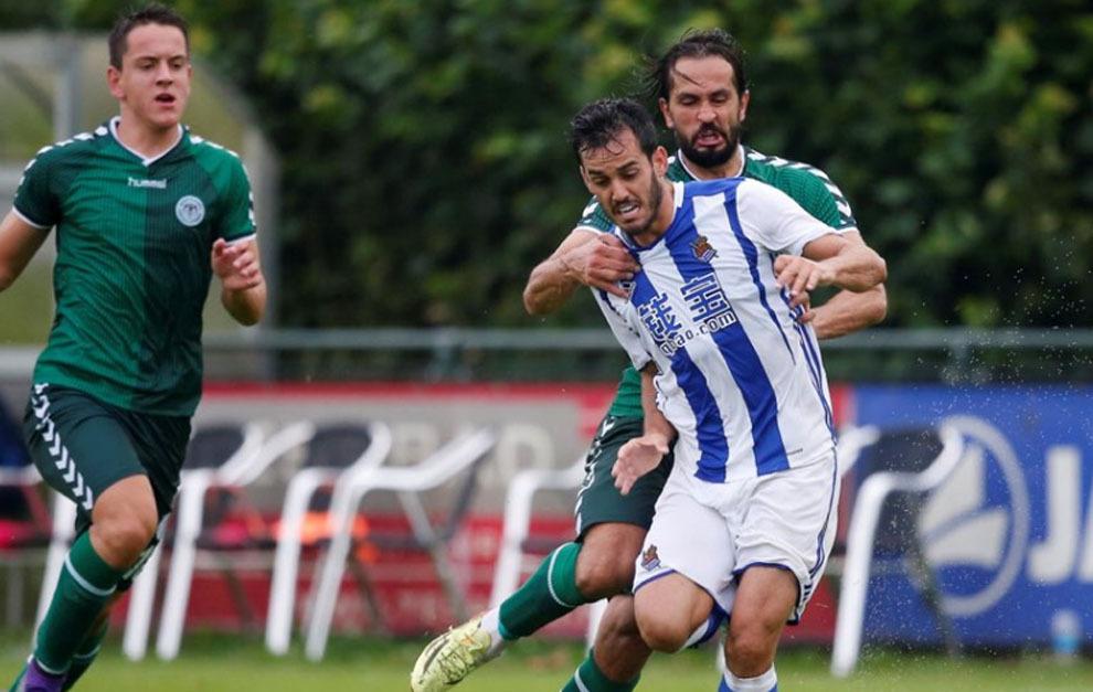 Juanmi disputa un balón ante dos jugadores del Konyaspor.