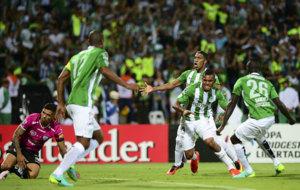 Borja, en el centro de la imagen, celebra su gol.