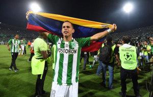 Guerra celebra el título con la bandera de Venezuela.