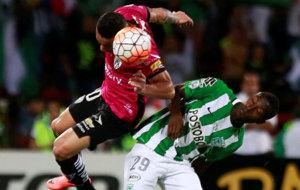 Núñez se adelanta a Marlos Moreno y cabecea el balón.