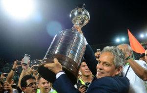 Rueda levanta el trofeo de la Copa Libertadores.
