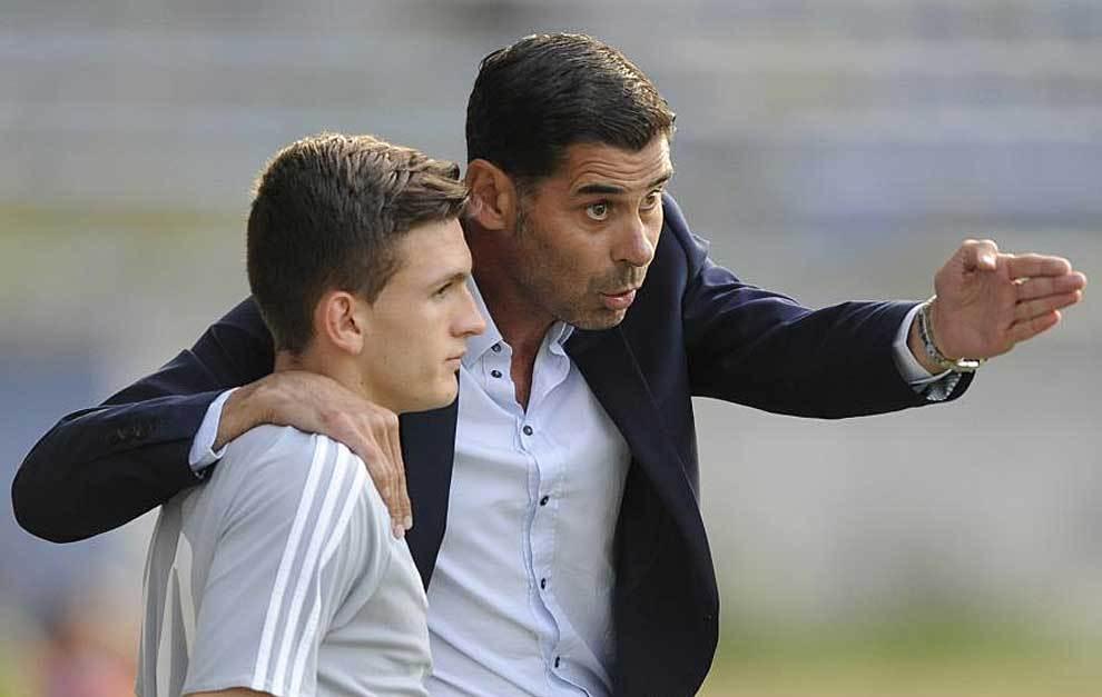 Fernando Hierro da instrucciones durante el partido en Avilés