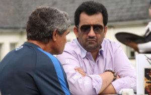 Al Thani charlando con el entrenador del M�laga, Juande Ramos