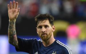 Leo realiza un saludo en un partido con la Selecci�n Argentina.