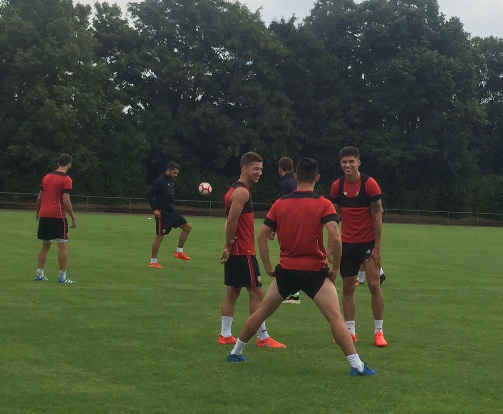 Sevilla  Luciano Vietto ya entrena con el Sevilla tras recibir el ... a29e8a0d5e278