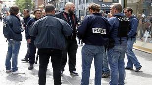 Aficionados rusos son cacheados durante la pasada Eurocopa.