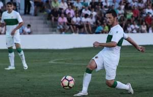 Edu Albacar, con el bal�n durante el partido en Aspe