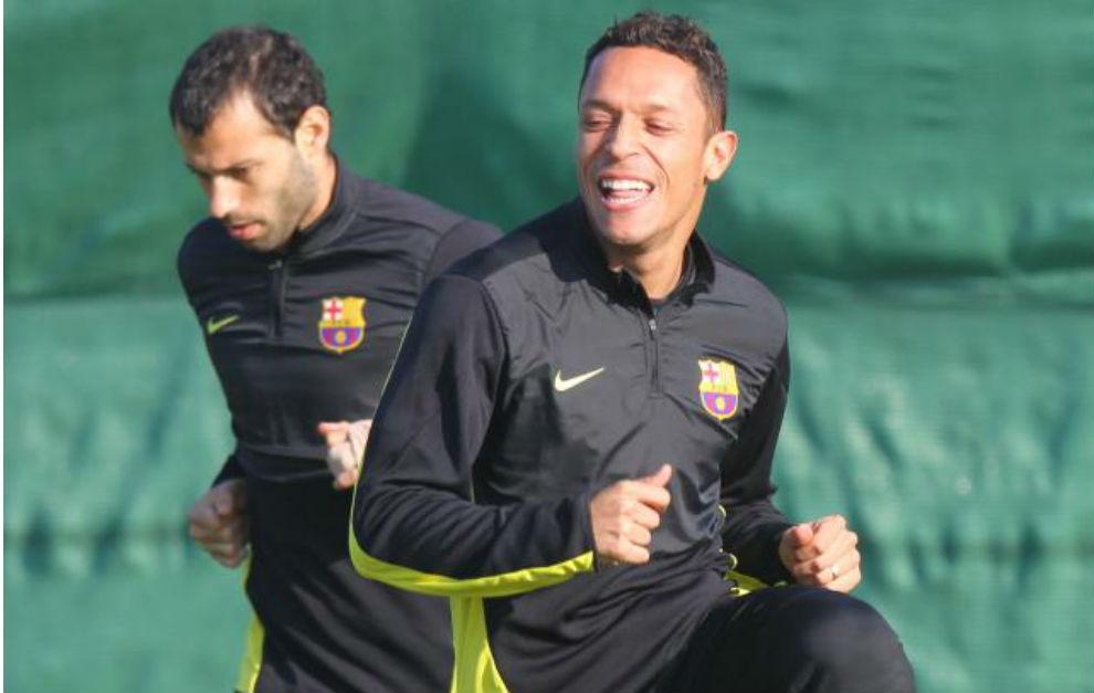 Adriano sonríe durante un entrenamiento con el Barcelona.