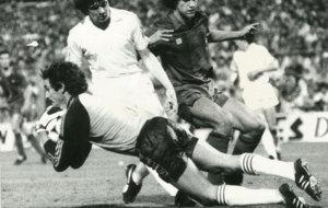 Miguel �ngel atrapa el bal�n en un partido de Copa ante el...