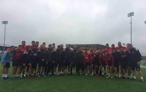 Guardiola, rodeado por los jugadores y t�cnicos del cuadro catal�n