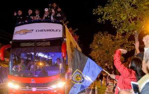 Delegación de Independiente del Valle saluda desde el bus.