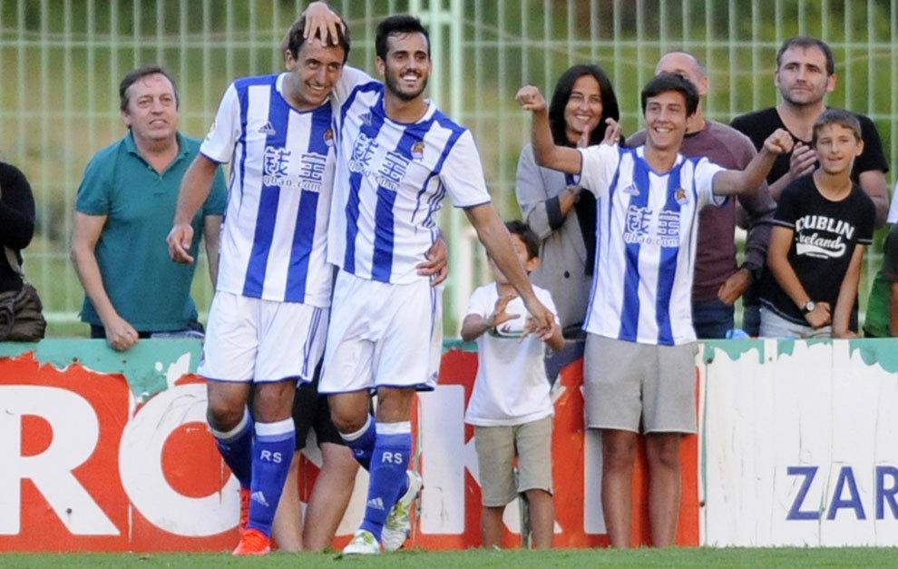 Oyarzabal celebra un gol con Juanmi