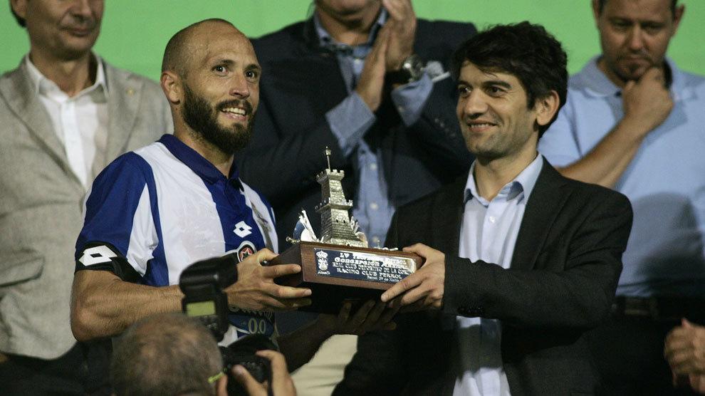 Laure recibe el trofeo de manos del Alcalde de Ferror, Jorge Suárez