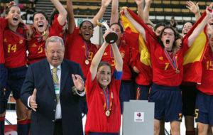 Iraia Iturregi levanta la copa de campeona en el Europeo de 2004.