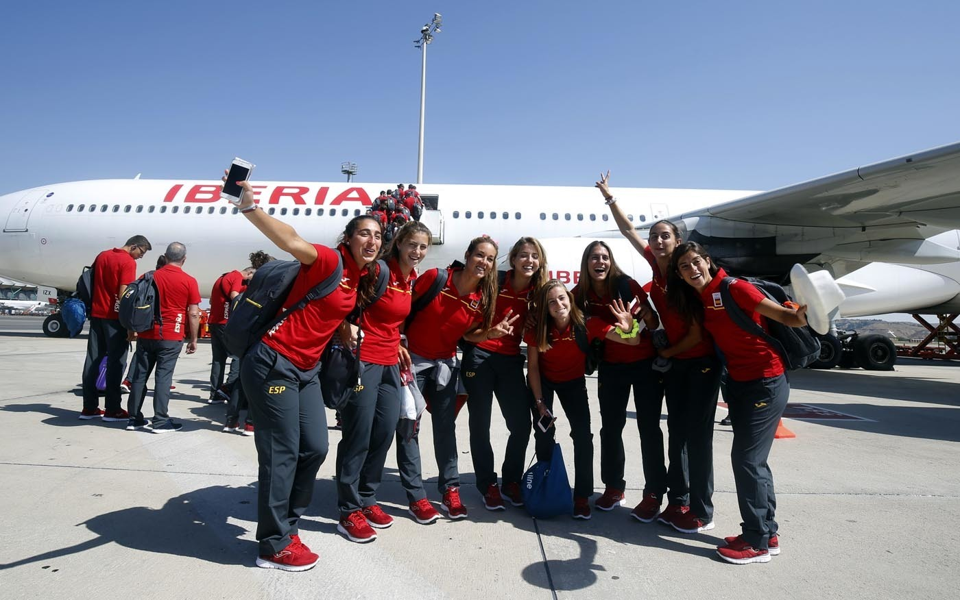 La selección femenina de hockey hierba, antes de subir al avión.