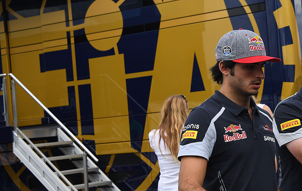 Carlos Sainz yendo a declarar a los comisarios de la FIA tras la queja...