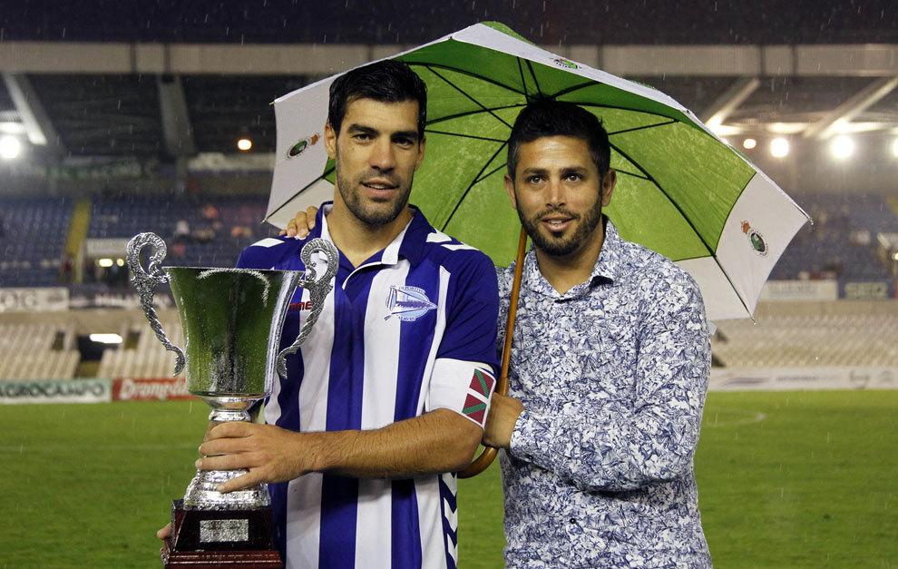 Manu Garcia recoge el trofeo de manos del hijo de Preciado
