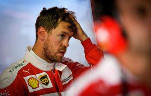 Vettel se mesa los cabellos en el box, durante el GP de Alemania