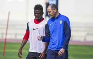 Jonathan Zongo conversa con Fernando Soriano en un entrenamiento