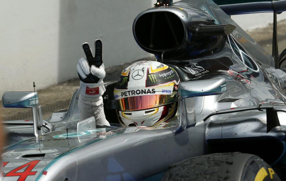 Hamilton hace la señal de la victoria en Hockenheim.