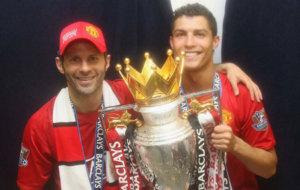 Cristiano Ronaldo y Giggs con la copa de campeones de la Premier