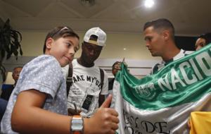 Marlos Moreno, firmando aut�grafos y haci�ndose fotos en su llegada...