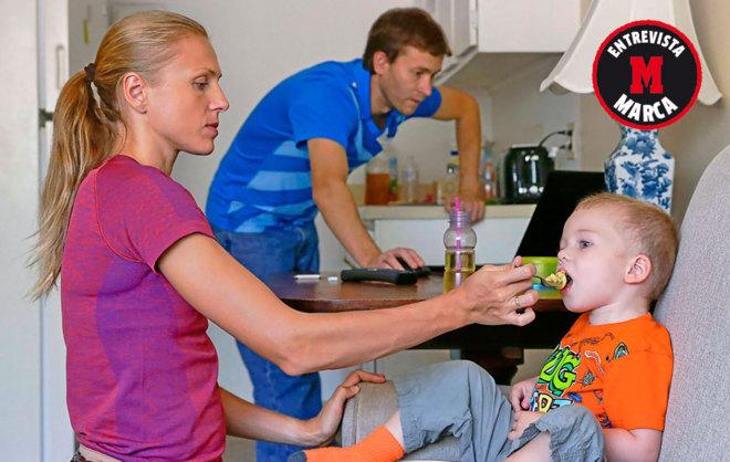 Yulia Stepanova da de comer a su hijo Robert en presencia de su marido...